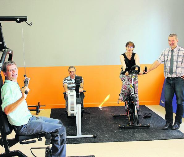 Didier Lovato, responsable de la maintenance ; Yves Mulet, gestionnaire ; Christine Cloet, secrétaire de direction, et Yann Marteau, le directeur de l'établissement, testent la nouvelle salle de musculation./Photo Em. B.